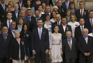GRA112. MADRID, 19/06/2015.- Los reyes posan junto a los galardonados durante la ceremonia de imposición de condecoraciones de la Orden del Mérito Civil que se celebra en el Palacio Real, en el aniversario de la proclamación de Felipe VI. EFE/Sergio Barrenechea ***POOL***